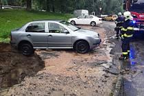 V liberecké ulici Ruprechtická došlo k propadnutí zeminy kvůli přívalu vody.