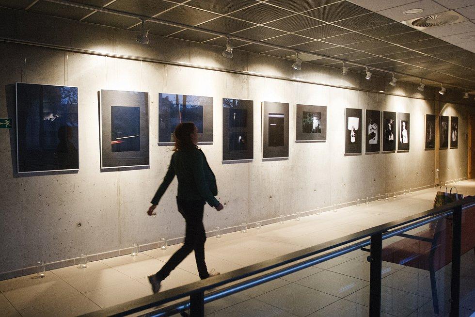 V jabloneckém Eurocentru vystavují Tomáš Bonhard, Radka Haumerová, Jana Hunterová, Eva Mořická, Gabriela Řeháková a Lada Válková. Projekt vznikl na půdě Liberecké školy fotografie, pod vedením Jany Hunterové.