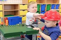 ZAUJETÍ v hlavní roli. Děti z mateřské školy Na Bojišti zkouší, jak funguje dětská vrtačka nebo bruska. Při návštěvě studentských dílen si mohly sáhnout i na opravdové nářadí.