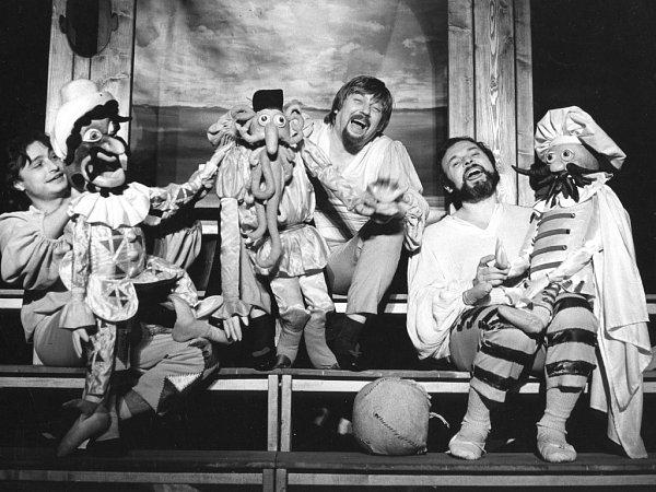 TURANDOT UKRUTNICE. Naivní divadlo hrálo inscenaci vúpravě Peřinovy manželky Ivy. Premiéru měla vúnoru 1982.