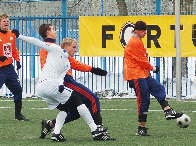 Liberecký útočník Robin Dejmek (v bílém) se marně snaží uspět před brankou Hradce.