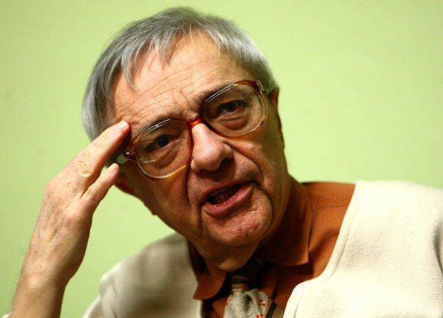 MILOŇ ČEPELKA před besedou v jablonecké knihovně v lednu 2012