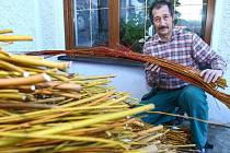 KOŠÍKÁŘ Miroslav Budka se svému řemeslu věnuje už od čtrnácti let. Z proutků dokáže vyrobit takřka vše, od pomlázek po okrasnou nůši.