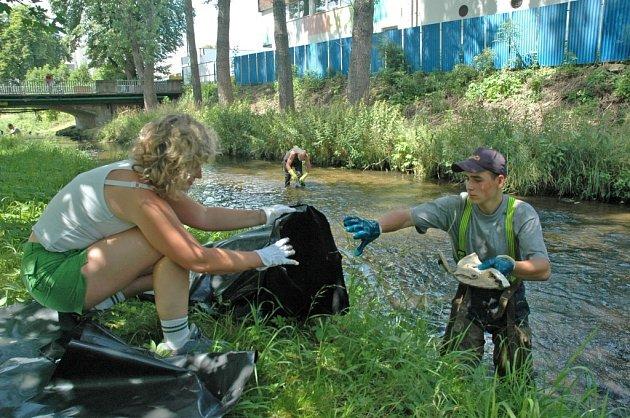 ŘEKA BEZ ODPADKŮ. Dobrovolníci vyčistili za sobotní odpoledne více jak jeden a půl kilometru koryta řeky Nisy.
