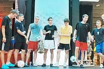 Liberecký Lucaso mezi účastníky turnaje třetí zprava (v červených trenýrkách).