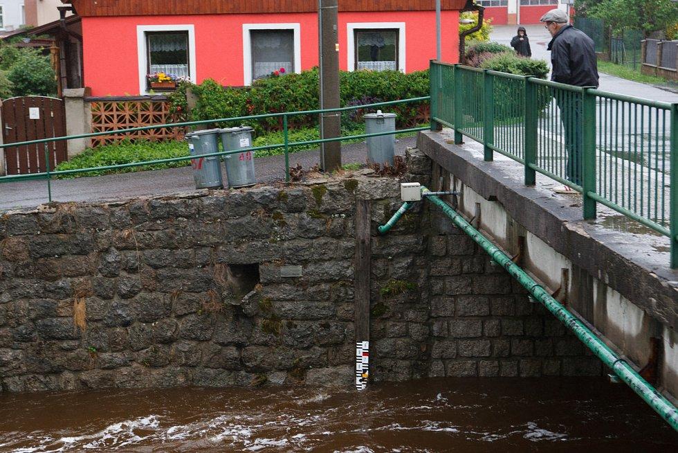 Zvýšená hladina vody na řece Smědé v Hejnicích.