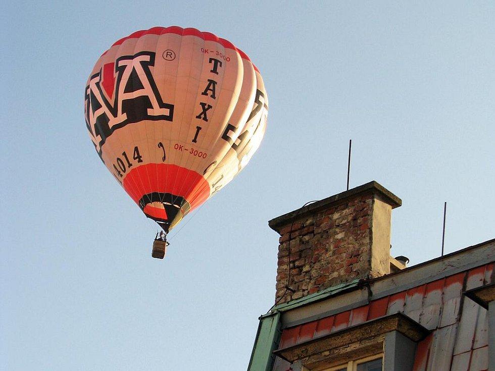 I když během akce Balónové Ještědění jejím organizátorům počasí minulý týden nepřálo, dostáli slibu, že Liberečané jejich balóny uvidí. Včera hromadně přeletěli nad městem.