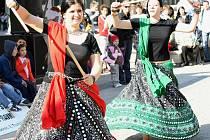 Na zahájení festivalu Jeden svět před libereckou radnicí  ve stáncích nabízeli orientální ozdoby, výrobky chráněné dílny Člověk v tísni z Namibie a pravé cikánské pochoutky. Diváka bavily také orientální tanečnice, trio Husa, Divadlo na kolečkách a další.