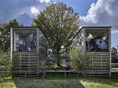 PROJEKT ZENHOUSES v sobě spojuje bydlení a pracovní prostor pro své tvůrce architekty Petra Stolína a Alenu Mičekovou.