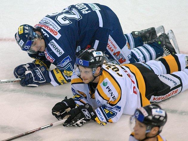"""TRÁPILI SE. V posledních zápasech se libereckým hokejistům, ani Janu Plodkovi (nahoře) nedařilo podle představ. Nyní se ale chystají dobýt """"pevnost"""" s názvem Sazka Aréna."""
