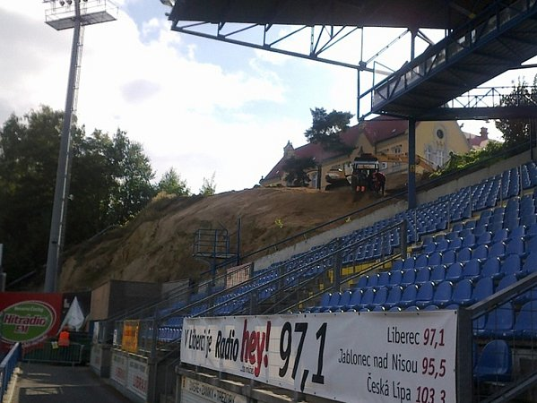 Padající kamení již nebude ohrožovat diváky a sportovce na fotbalovém stadionu FC Slovan.