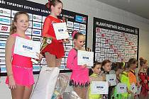 VYHLÁŠENÍ NA JEŠTĚDSKÉ BRUSLI. Kategorie žačky nejmladší B, Julie Vozková z BK Variace Liberec je vlevo na 2. místě.