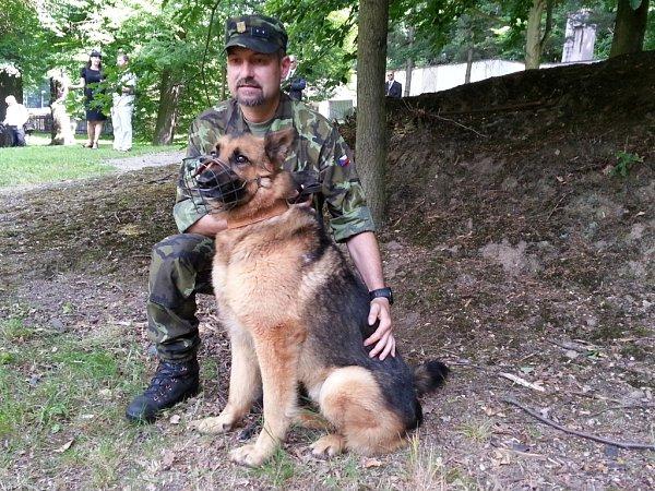 Pes hrdina, ovčák Athos, který za práci  při operacích vAfghanistánu obdržel ocenění od ministra obrany Vlastimila Picka.