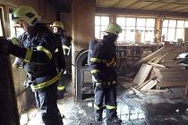 Protože žhnoucí brikety včas zpozorovaly pracovnice truhlárny a zásah hasičů byl rychlý a efektivní.