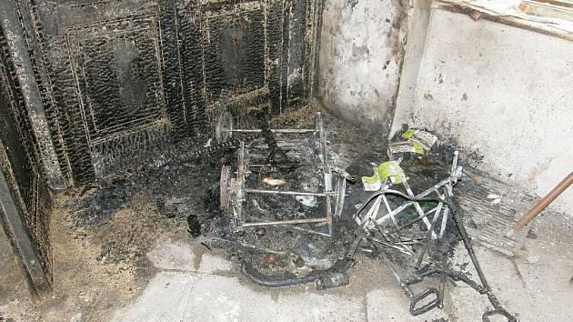 Ze dvou kočárků odložených v přízemí domu v ulici 8. března zbyly jen ohořelé kostry. Požár se rozšířil i do okolí, ale hasiči jej zlikvidovali.