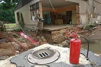 FIRMA DAMINO. Povodeň pobořila objekt, strhla jediný příjezd do továrny, odnesla z nádvoří zaparkovaný kamion, který se dosud nenašel, a vyplavila kanceláře.
