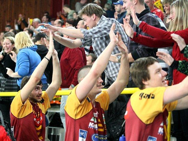 FINÁLE JE VYBOJOVÁNO! Volejbalisté Dukly Liberec slaví se skvělými fanoušky postup po sobotním hektickém rozhodujícím semifinále proti Ostravě.