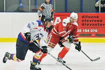 ÚTOČÍ PSK. V bílém z PSK Jan Zákoutský s pukem na hokejce, v tmavém dresu je Tomáš Chládek z VTJ.