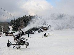 Zasněžování sjezdovky ve ski areálu Severák v Hraběticích na Jablonecku na snímku z 2. prosince.