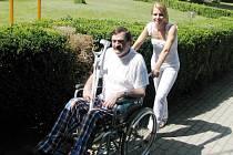 LÁZNĚ. Ačkoliv se lázně potýkají s nedostatkem pacientů, o těžké zájem není. Kundratice jsou téměř výjimka. Václav Čapek s rehabilitační sestrou Bárou Šolic.