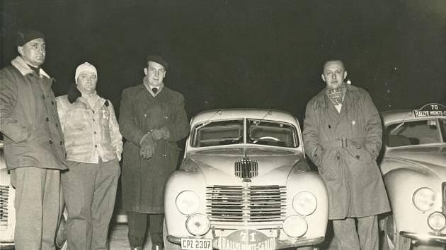 LEOPOLD LANCMAN patřil k největším závodníkům v poválečné éře. Na snímku před startem Rallye Monte Carlo (nahoře, druhý zleva).