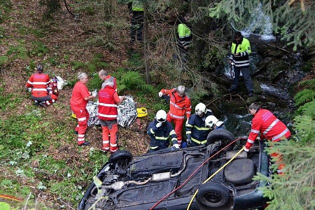 Auto na Semilsku spadlo do potoka, spolujezdec nehodu nepřežil.