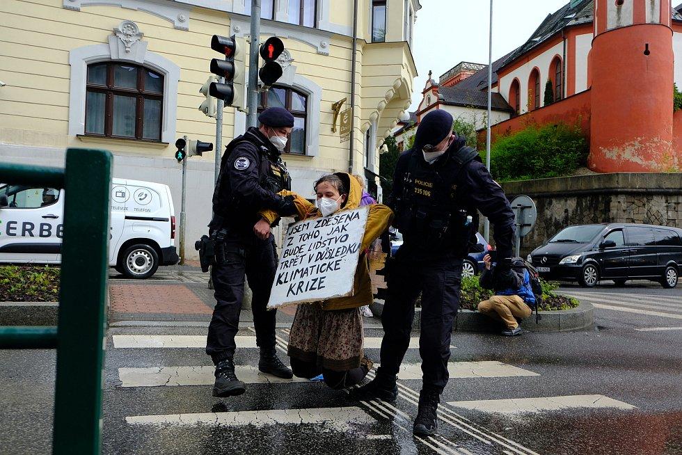 Členka aktivistického hnutí Extinction Rebellion zablokovala v Liberci jednu z nejrušnějších křižovatek ve městě.
