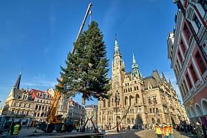 Instalace vánočního stromu na náměstí dr. Edvarda Beneše.