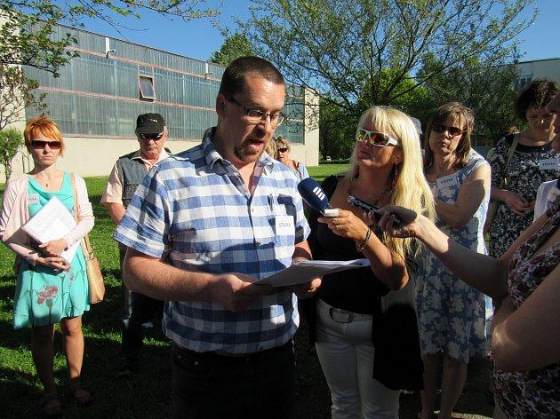 Předseda odborů z budovy v Alešově ulici Marcel Fišera čte důvody, proč část zaměstnanců školy stávkuje