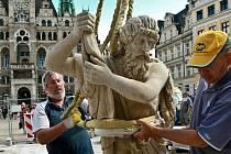 Instalace sochy Neptuna, červenec 2010.