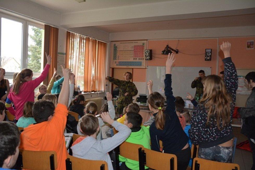 Liberečtí chemici školili žáky základních škol v rámci programu POKOS, zaměřili se i na ochranu proti zbraním hromadného ničení.