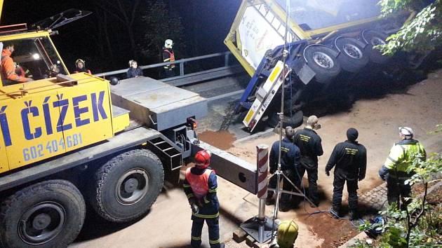 Vyprošťování havarované cisterny.