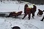 Hasiči trénují záchranu osob z ledu.