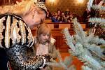 Děti zdobily stromeček s vévodou Albrechtem na frýdlantské radnici.
