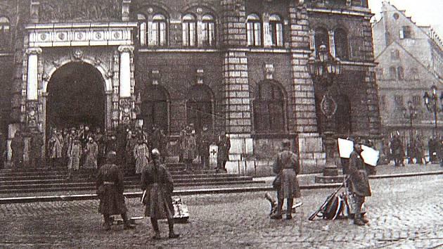 NIKDO NEJÁSAL. Obsazování liberecké radnice se obešlo 28. října 1918 bez jásajících davů. Češi byli tehdy ve městě v menšině a Němci brali zrod Československa jako prohru.