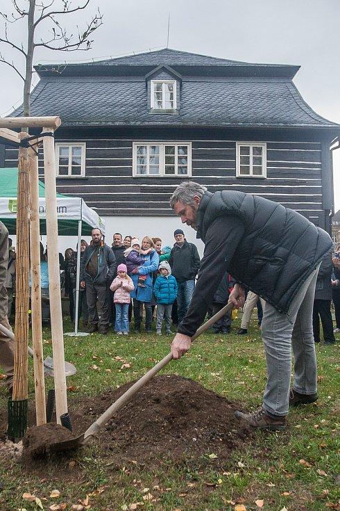 Vysazení pamětního stromu se uskutečnilo 23. října v Liberci v rámci oslav 50. výročí vyhlášení Chráněné krajinné oblasti Jizerské hory. Na snímku je Tomáš Korytář.