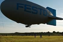 Nad Českým rájem létá vzducholoď s pěti balony.