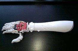 BIONICKÁ RUKA.  Student Technické univerzity vLiberci sestrojil svyužitím 3D tisku umělou ruku, která hýbe prsty. Její výroba může být mnohem levnější než podobné zahraniční protézy.