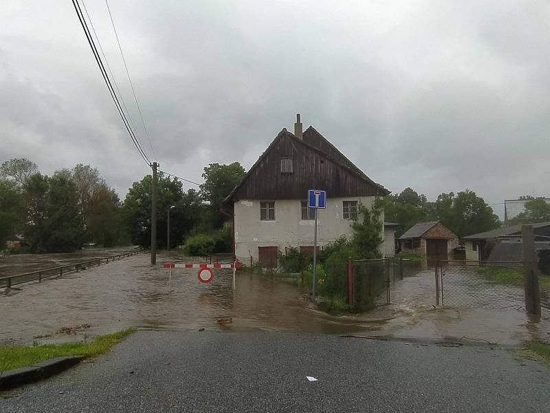 Všechny příjezdové komunikace do obce Višňová jsou v tuto chvíli uzavřeny.
