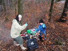 JANA HEJRET VOJTKOVÁ se synem při úklidu lesa.