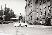 Základní škola Husova sloužila jako tribuna veřejnosti například při automobilových závodech v roce 1950.