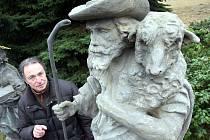 PASTÝŘ. Sochu z umělého kamene vytvořil podle malé fotografie akademický sochař Petr Roztočil (na fotografii) .