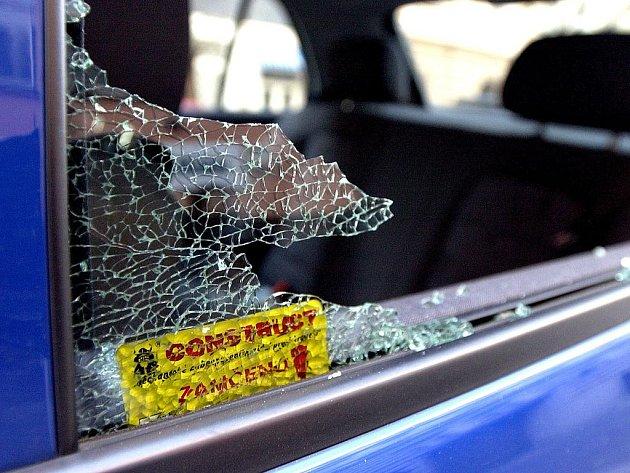 NEJJEDNODUŠŠÍ JE ROZBÍT OKNO. Některým zlodějům se ale poté nepodaří s vozidlem odjet.