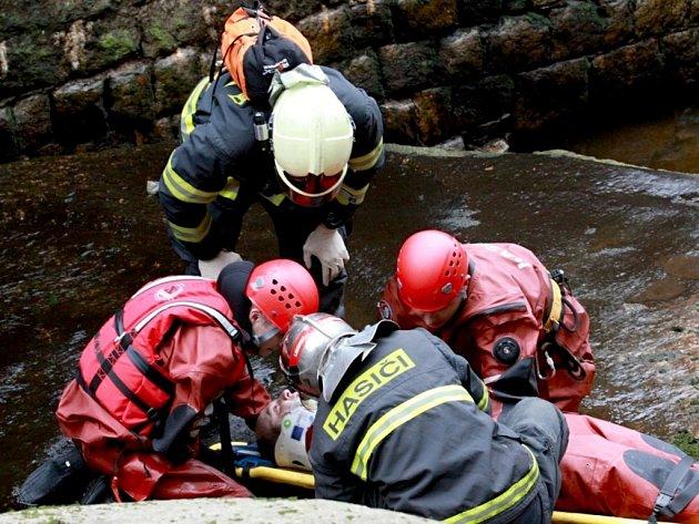 V rámci prověřovacího cvičení zachraňovali liberečtí profesionální hasiči zraněného muže z koryta Černé Nisy.