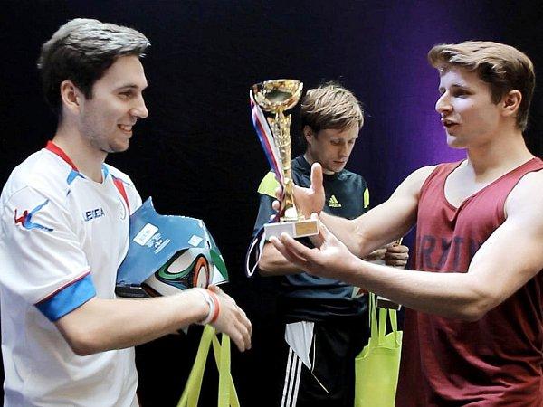 VÍTĚZNÝ KARI. Petr Karásek (vlevo) přebírá českou trofej zrukou porotce a mistra Rakouska Martina Schopfa.