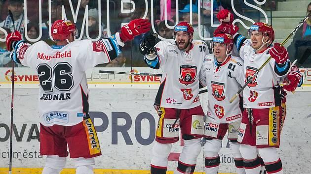 Radost hráčů Hradce. Jaroslav Bednář, Radek Smoleňák a Petr Koukal (zleva)
