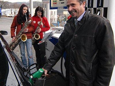 Město Železný Brod se rozhodlo ponechat si benzinovou pumpu, kterou opouštěl nájemce. Jsme nejlacinější v okolí, říká starosta Václav Horáček. Město ji používá i pro svou spotřebu. Nabízí služby od 6 do 22 hodin.