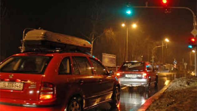Kolona aut od Alfa Station až po Kaufland, takto je dopravně řešena jedna z hlavních městských tras.
