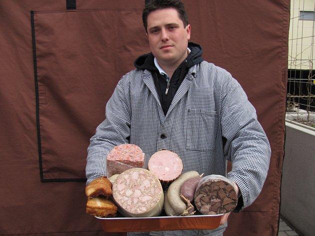 Jaroslav Vrethaim prodává na libereckých farmářských trzích zabijačkové speciality.