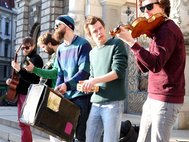NA NÁMĚSTÍ Edvarda Beneše v Liberci zahráli odpoledne Zrní akusticky. Večer se pak přesunuli do malého sálu Lidových sadů. Letos oslavují patnácté výročí od založení kapely. V začátcích pro ně bylo specifické, že hráli venku a vybírali peníze do klobouku.